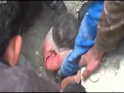 شاهد طفل سوري يخرج من بين الانقاض حي