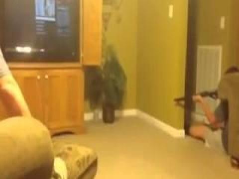 الفار نط فى بنطلونه وهو بيحاول يصطاده.. فيديو مضحك