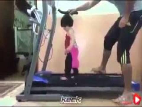 فيديو طفله صغيره بتجري على المشايه الكهربائية.. بتتعذب