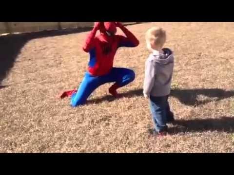 شاهد فيديو أب يقوم بعمل دور اسبايدر مان ليفاجأ ابنه