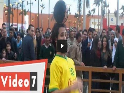 فيديو شاب مصرى يبهر الجمهور بمهاراتة أثناء زيارة الأسطورة بيلي