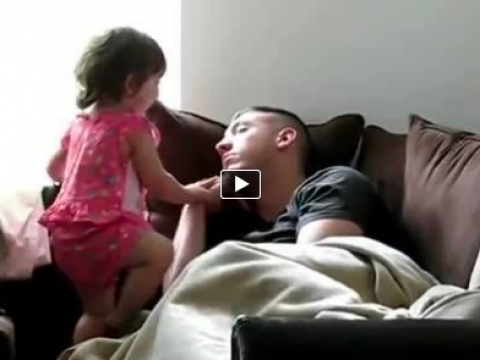 شاهد فيديو طفله بتصحي والدها