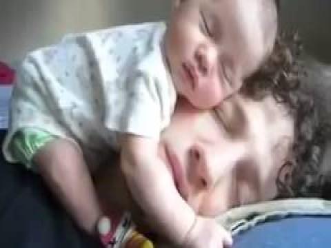 فيديو لازم تشوفه،، طفلة نائمة فوق راس ابوها
