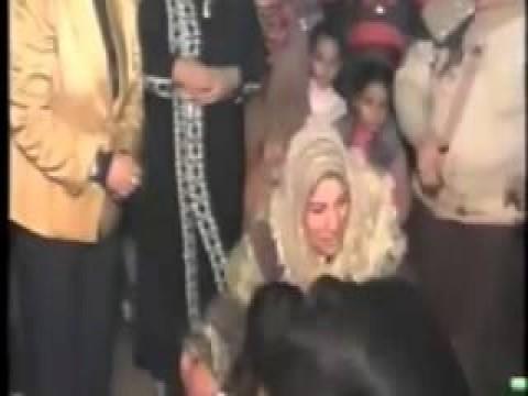 فيديو شاب يقبل قدم أمة تكريما لها فى يوم زفافه