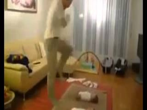 فيديو رائع لأطفال يقلدون والدهم وهو يرقص