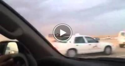 على طريقة افلام الأكشن، شاب سعودي يساعد الشرطة فى ملاحقة سيارة هاربة