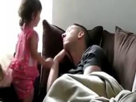 فيديو طفلة توقظ والدها من النوم بطريقة ممتعة