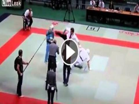 شاهد حكم مباراه للكاراتيه يقوم بالانفعال والضرب فى اللاعبين