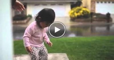 شاهد ردة فعل طفلة صينية أول مره تري الأمطار