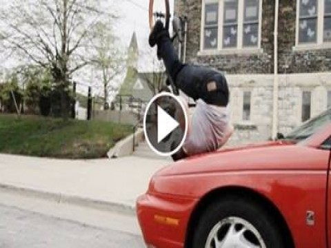 فيديو مذهل لن تصدق ما ستراه.. شاب يقوم بحركات رائعه بالدراجه