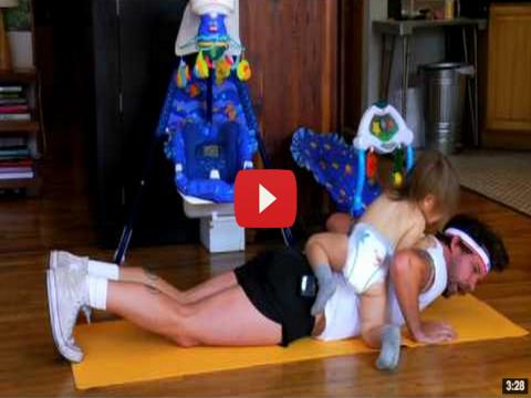 فيديو مذهل ! أب يمارس التمارين مع ابنه