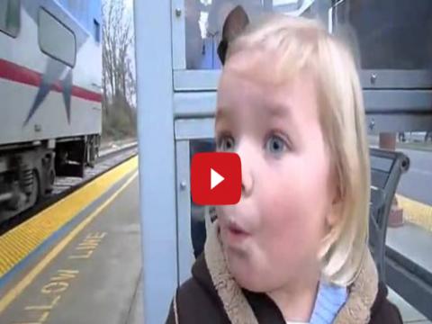 فيديو رائع لطفله اول مره تشاهد القطار