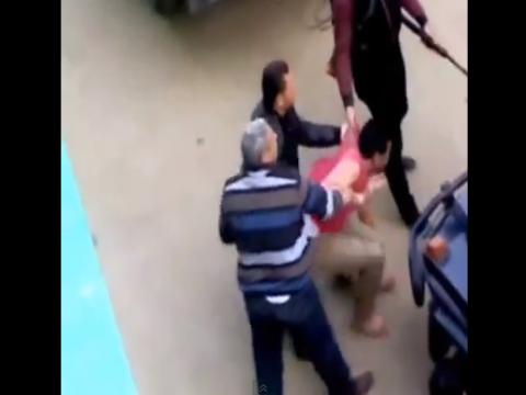 شاهد بالفيديو ضابط يضرب شاب بالنار فى الشارع عينى عينك وفي عز الضهر